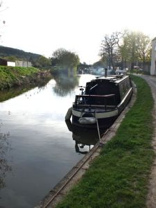 Looking along the canal towards Bathampton bridge