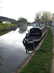 Looking along the canal towards Bathampton bridge